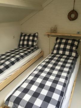 Slaapkamer boven met vier eenpersoons bedden