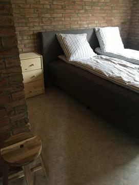 Beneden slaapkamer met boxspring